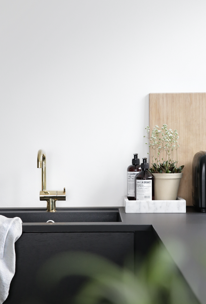 Black kitchen_brass faucet